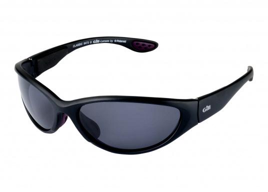 Tutti gli occhiali da sole Gill sono galleggianti. Equipaggiati con sistema di galleggiabilità integrata, lenti polarizzate antiriflesso e sistema di protezione dai raggi UV per il 100%, gli occhiali da sole del marchio Gill sono specificamente progettati per l'uso in acqua. (Immagine 1 di 3)