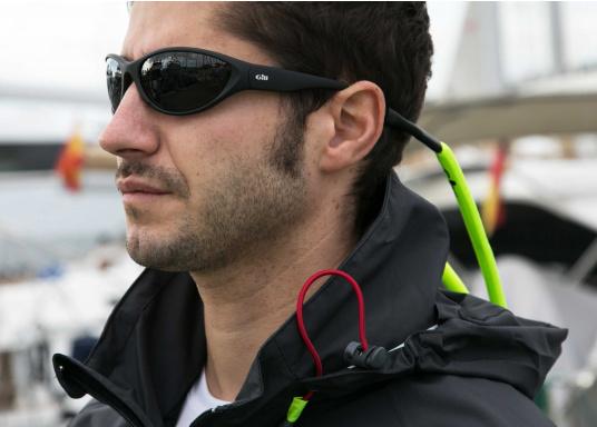 Tutti gli occhiali da sole Gill sono galleggianti. Equipaggiati con sistema di galleggiabilità integrata, lenti polarizzate antiriflesso e sistema di protezione dai raggi UV per il 100%, gli occhiali da sole del marchio Gill sono specificamente progettati per l'uso in acqua. (Immagine 3 di 3)