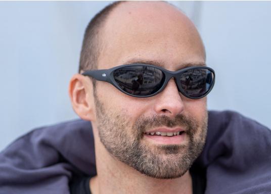 Tutti gli occhiali da sole Gill sono galleggianti. Equipaggiati con sistema di galleggiabilità integrata, lenti polarizzate antiriflesso e sistema di protezione dai raggi UV per il 100%, gli occhiali da sole del marchio Gill sono specificamente progettati per l'uso in acqua. (Immagine 2 di 3)