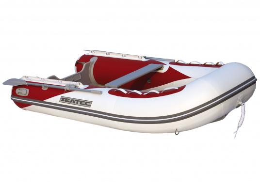 Il nuovo gommone per yacht AEROTEND 220 prodotto da SEATEC unisce tutti i vantaggi dei gommoni con fondo paiolato a quelli a chiglia rigida: una carena stabile, ottime caratteristiche di maneggevolezza, peso ridotto ed elevata capacità di carico.  (Immagine 1 di 8)
