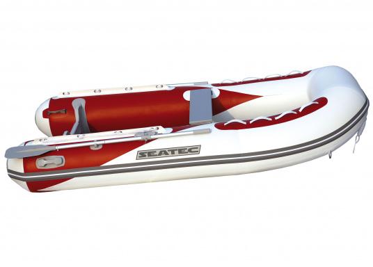 Il nuovo gommone per yacht AEROTEND 220 prodotto da SEATEC unisce tutti i vantaggi dei gommoni con fondo paiolato a quelli a chiglia rigida: una carena stabile, ottime caratteristiche di maneggevolezza, peso ridotto ed elevata capacità di carico.  (Immagine 2 di 8)