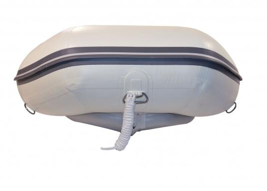Il nuovo gommone per yacht AEROTEND 220 prodotto da SEATEC unisce tutti i vantaggi dei gommoni con fondo paiolato a quelli a chiglia rigida: una carena stabile, ottime caratteristiche di maneggevolezza, peso ridotto ed elevata capacità di carico.  (Immagine 3 di 8)