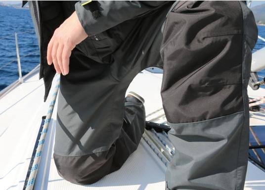 """Giacca da vela assolutamente funzionale, robusta e comoda, resistente al maltempo e alle intemperie. 100% impermeabile e antivento e allo stesso tempo eccezionalmente traspirante. Campo d'impiego: ideale per l'uso offshore. Nota per l'acquisto: scrivere nella sezione """"Note"""" la taglia della giacca e dei pantaloni desiderata.  (Immagine 11 di 17)"""