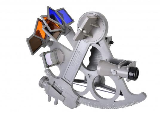 Il primo sestante prodotto da Daviscapace di fornire visione dell'intero orizzonte. Affidabile e collaudato nel tempo, realizzato in vetroresina con scala di 178 millimetri, 7 filtri solari, ingrandimento 3x e custodia per il trasporto. Illuminazione a LED inclusa. Colore: grigio. (Immagine 5 di 7)