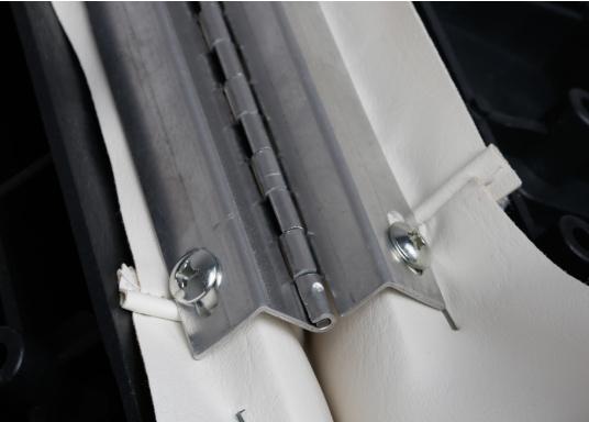 Sedile contrapposto foderato in simil pelle e telaio in plastica. Per due persone. Gli schienali possone essere stesi per diventare una comoda superficie su cui sdraiarsi,lunga166 cm. (Immagine 11 di 14)