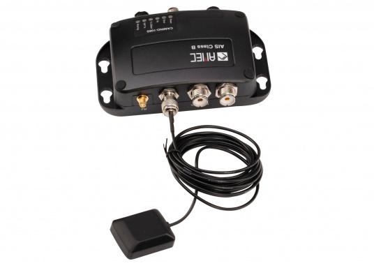 Dotato di uno splitter interno, il Camino-108S consente l'utilizzo dell'antenna VHF esistente. Ciò rende particolarmente semplice l'installazione del transponder AIS. (Immagine 1 di 4)