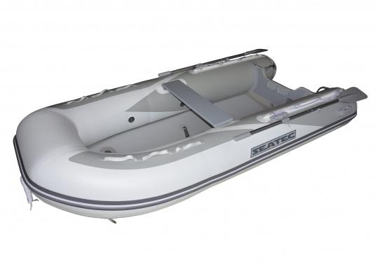 Il nuovo gommone per yacht AEROTEND 220 prodotto da SEATEC unisce tutti i vantaggi dei gommoni con fondo paiolato a quelli a chiglia rigida: una carena stabile, ottime caratteristiche di maneggevolezza, peso ridotto ed elevata capacità di carico. (Immagine 2 di 7)