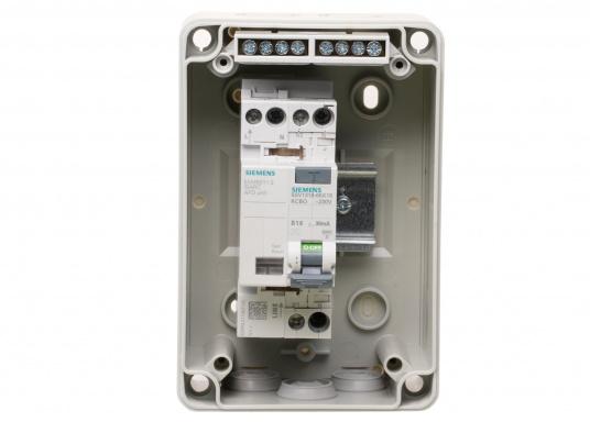 Unità di collegamento a terra con interruttore antincendio (AFDD) e interruttore magnetotermico (RCD/RCCB) per l'installazione permanente sulla banchina. Solo con controllo permanente dell'alimentazione di bordo a 230 V, adatto anche per l'utilizzo a bordo. (Immagine 5 di 5)