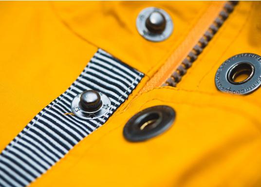 L'elegante giacca per tutte le stagioni di Marinepool ti protegge dal vento e dalle intemperie. Dotata di collo alto e pelliccia nella zona del petto e nel cappuccio, la giacca NILAS offre una protezione di prima classe nelle fredde giornate di pioggia. (Immagine 11 di 14)