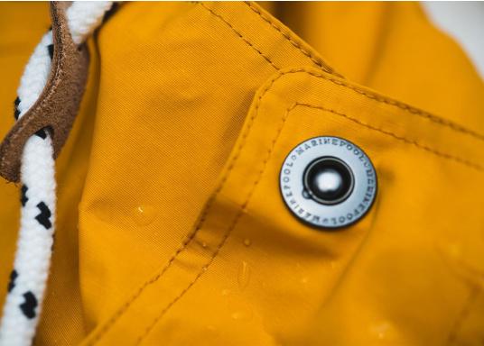 L'elegante giacca per tutte le stagioni di Marinepool ti protegge dal vento e dalle intemperie. Dotata di collo alto e pelliccia nella zona del petto e nel cappuccio, la giacca NILAS offre una protezione di prima classe nelle fredde giornate di pioggia. (Immagine 13 di 14)