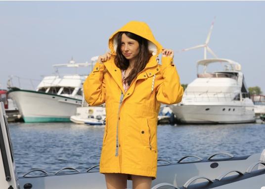 L'elegante giacca per tutte le stagioni di Marinepool ti protegge dal vento e dalle intemperie. Dotata di collo alto e pelliccia nella zona del petto e nel cappuccio, la giacca NILAS offre una protezione di prima classe nelle fredde giornate di pioggia. (Immagine 5 di 14)