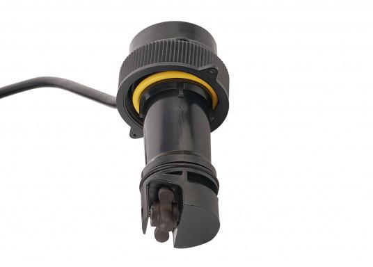 Il trasduttore passante in plastica DST810 determina in modo affidabile e preciso i segnali di profondità, velocità e temperatura nell'acqua. Grazie alla connettività NMEA2000 e Bluetooth, hai diverse opzioni per la visualizzazione dei dati. Un'uscita del segnale a 5 Hz garantisce una riproduzione fluida sul dispositivo di visualizzazione. (Immagine 6 di 8)