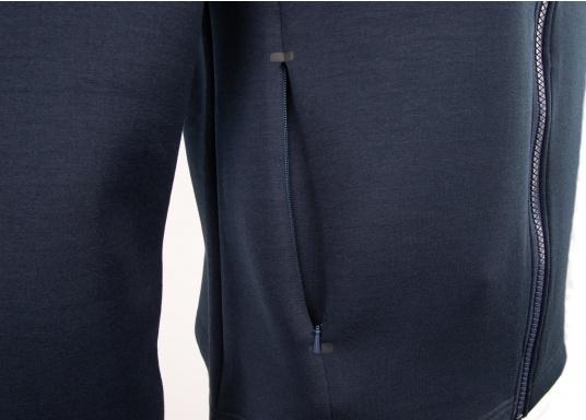La giacca Tec lavorata di alta qualità FORANO di Marinepool colpisce per il suo design sportivo e il taglio moderno. Inoltre, il colletto regolabile offre una protezione ottimale contro il vento e il materiale estremamente morbido garantisce un comfort di prima classe. Disponibile nelle taglie S-XXXL. (Immagine 13 di 13)