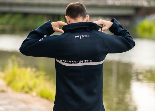 La giacca Tec lavorata di alta qualità FORANO di Marinepool colpisce per il suo design sportivo e il taglio moderno. Inoltre, il colletto regolabile offre una protezione ottimale contro il vento e il materiale estremamente morbido garantisce un comfort di prima classe. Disponibile nelle taglie S-XXXL. (Immagine 5 di 13)