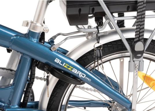 Con la nuova e-bike in alluminio BLIZZARD PRO, il viaggio diventa la meta. Come ulteriore sviluppo del popolare modello precedente BLIZZARD, avrai nuove funzionalità per un'autonomia e una flessibilità ancora maggiori. Lasciati sorprendere dalla nuova bici pieghevole senza dover rinunciare al piacere di guida! la consegna include una borsa per un comodo trasporto della bicicletta. (Immagine 4 di 12)