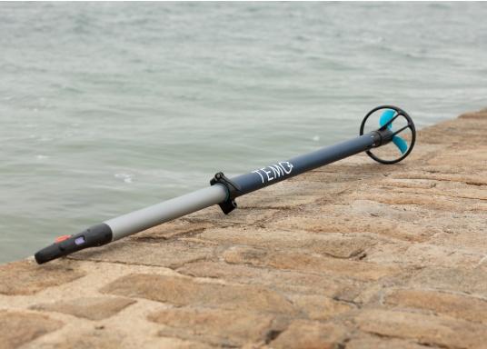 Sviluppato per adattarsi a tutti i tipi e requisiti delle barche, il TEMO-450 è un'ottima soluzione che unisce la leggerezza di un remo con la potenza di un fuoribordo. Tienilo semplicemente in acqua o attaccalo allo scalmo... e parti! (Immagine 2 di 12)