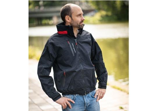 Giacca club e da vela altamente funzionale realizzata con un robusto materiale a 2 strati. La giacca CRUISING è realizzata in tessuto impermeabile e traspirante ed è inoltre rivestita con DWR. (Immagine 2 di 12)