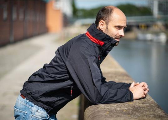 Giacca club e da vela altamente funzionale realizzata con un robusto materiale a 2 strati. La giacca CRUISING è realizzata in tessuto impermeabile e traspirante ed è inoltre rivestita con DWR. (Immagine 3 di 12)
