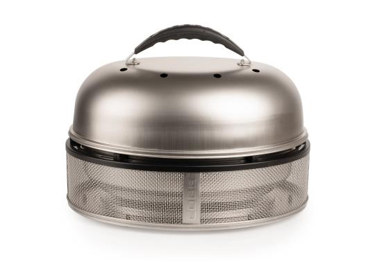 Grigliare, cuocere e arrostire alla perfezione! Il barbecue COBB garantisce la massima sicurezza a bordo, la base e le superfici laterali non si scaldano eccessivamente, mentre all'interno la temperatura arriva a 280-300°C. L'articolo include una borsa di alta qualità con tanto spazio per gli accessori. (Immagine 2 di 11)