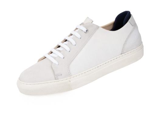 Con le sneaker da uomo JIB di Blueport, avrai sempre un pezzo di vela con te. Questa comoda scarpa è realizzata in tela da vele reciclata e pelle. Il morbido rivestimento interno in neoprene assicura il massimo comfort. (Immagine 1 di 14)