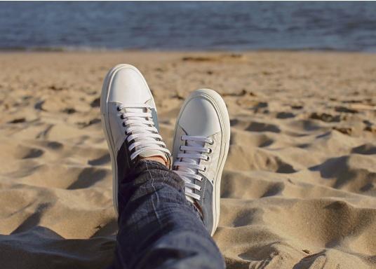Con le sneaker da uomo GENOA di Blueport, avrai sempre un pezzo di vela con te. Questa comoda scarpa è realizzata in tela da vele reciclata e pelle. Il morbido rivestimento interno in neoprene assicura il massimo comfort. (Immagine 13 di 13)