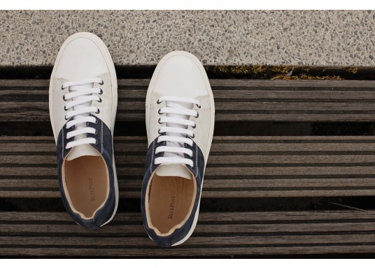 Con le sneaker da uomo GENOA di Blueport, avrai sempre un pezzo di vela con te. Questa comoda scarpa è realizzata in tela da vele reciclata e pelle. Il morbido rivestimento interno in neoprene assicura il massimo comfort. (Immagine 12 di 13)