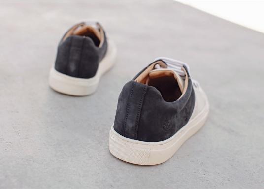 Con le sneaker da uomo GENOA di Blueport, avrai sempre un pezzo di vela con te. Questa comoda scarpa è realizzata in tela da vele reciclata e pelle. Il morbido rivestimento interno in neoprene assicura il massimo comfort. (Immagine 10 di 13)