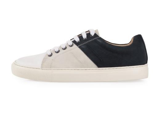 Con le sneaker da uomo GENOA di Blueport, avrai sempre un pezzo di vela con te. Questa comoda scarpa è realizzata in tela da vele reciclata e pelle. Il morbido rivestimento interno in neoprene assicura il massimo comfort. (Immagine 2 di 13)