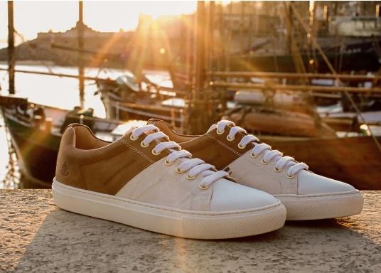 Con le sneaker da uomo GENOA di Blueport, avrai sempre un pezzo di vela con te. Questa comoda scarpa è realizzata in tela da vele reciclata e pelle. Il morbido rivestimento interno in neoprene assicura il massimo comfort. (Immagine 12 di 12)