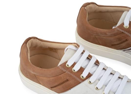 Con le sneaker da uomo GENOA di Blueport, avrai sempre un pezzo di vela con te. Questa comoda scarpa è realizzata in tela da vele reciclata e pelle. Il morbido rivestimento interno in neoprene assicura il massimo comfort. (Immagine 8 di 12)