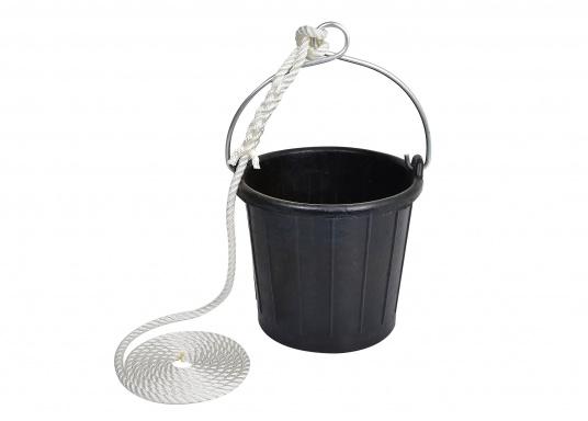 Secchio resistente agli urti, gomma praticamenteindistruttibile. Dotato di un manicozincato con un occhiello e una corda.  (Immagine 2 di 3)